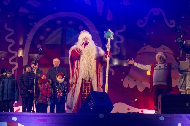 Всех жителей города с наступающим Новым годом и Рождеством Дедушка поздравлял на Дворцовой площади