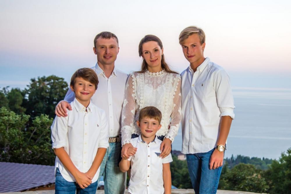 Слева направо: Антон и Мария Хигер с детьми Арсением, Артёмом и Алексеем.
