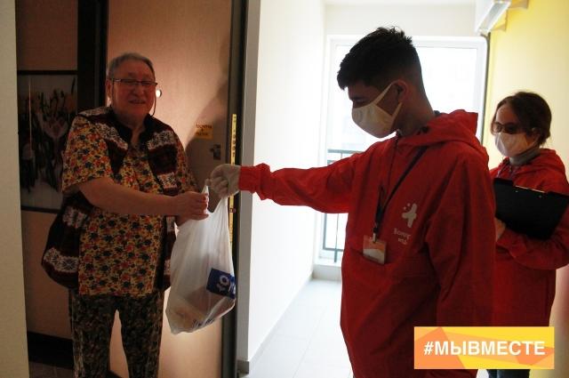 Волонтеры помогают пожилым с доставкой продуктов и лекарств.