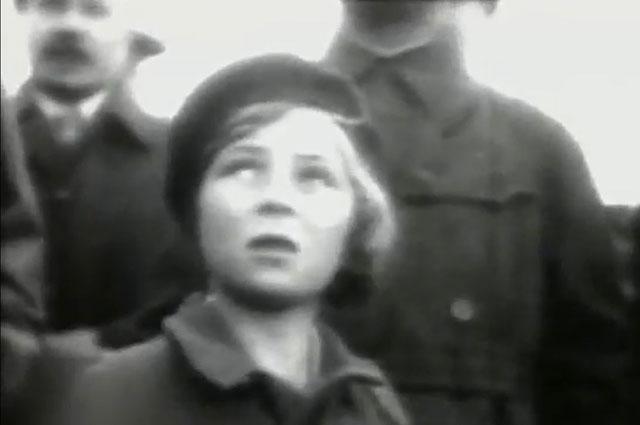 Девятилетняя Ольга Аросева на авиационном параде в Тушино (1935 г.). Кадр из фильма Другая жизнь пани Моники (2010)