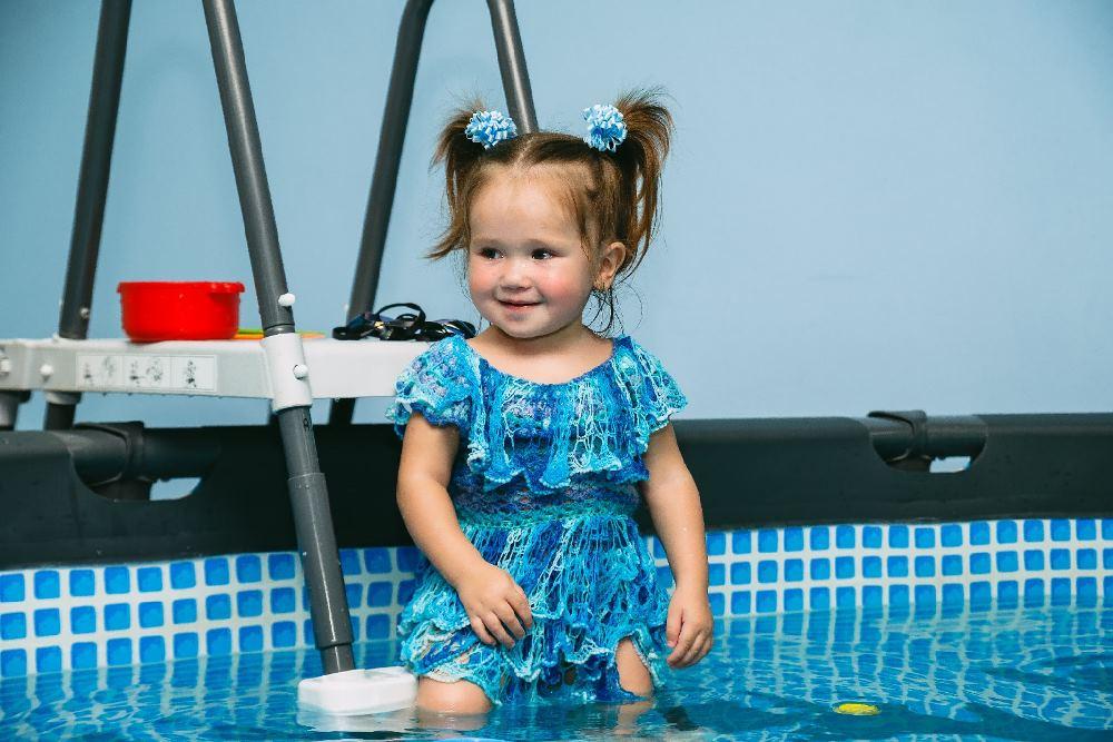 Маленькая Арина совсем не боится воды.