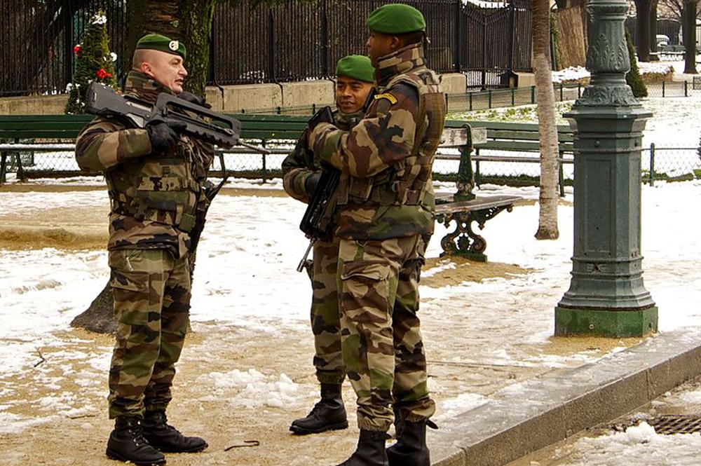 Легионеры патрулируют Париж в ноябре 2010 года.