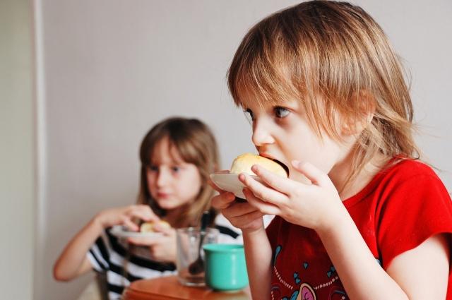Порции в основные три приёма пищи по объёму должны соответствовать трём-четырём кулачкам ребёнка.