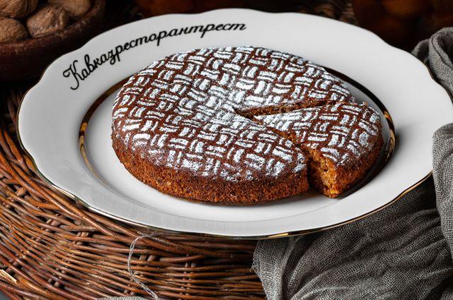 Пирог с медом и орехами