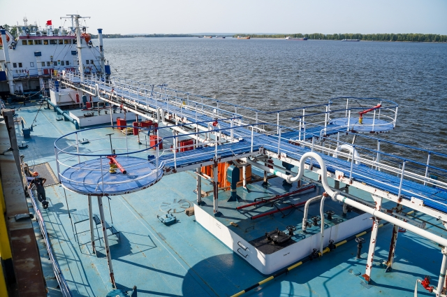 Один танкер перевозит от 4 до 5 тысяч тонн нефтепродуктов.