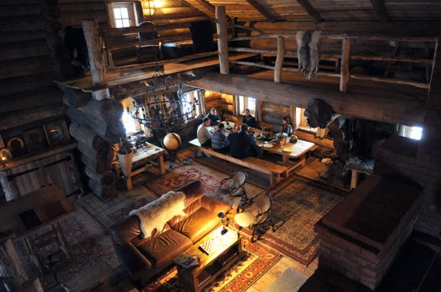 Предприниматель Герман Стерлигов (слева) общается с коллегами в своём доме
