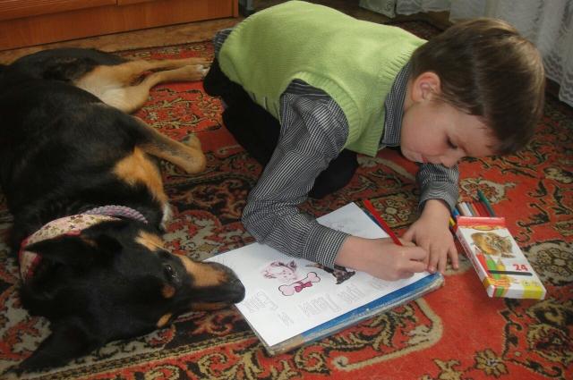 Ляля оценивает не только чтение, но и художественные способности.
