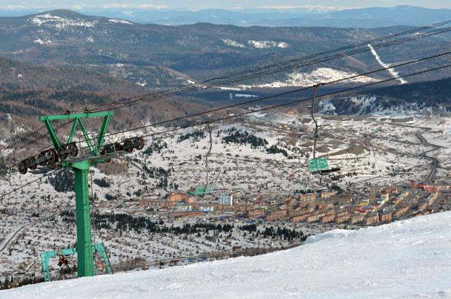 Вид на поселок Шерегеш с горы Зеленая в Кемеровской области.