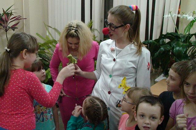 Мамы пациентов тоже принимают участие в празднике.