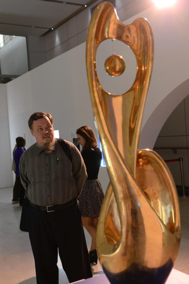 Протоиерей Всеволод Чаплин рассматривает скульптуру «Перевертыш» Николая Силиса навыставке «Скульптуры, которых мыневидим» вМанеже.