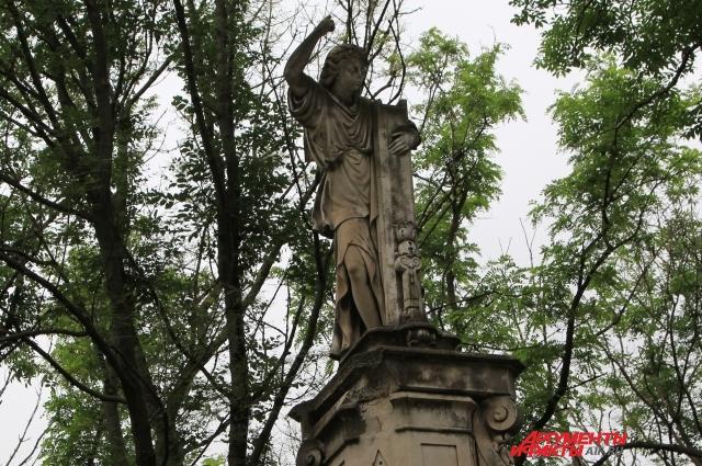 Скульптура «Скорбящего ангела» постепенно разрушается.