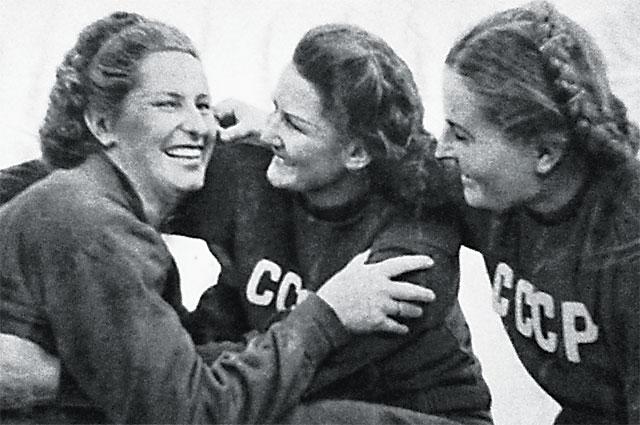 Нина Думбадзе (в центре) и Нина Пономарёва (справа) с метательницей из Венгрии.