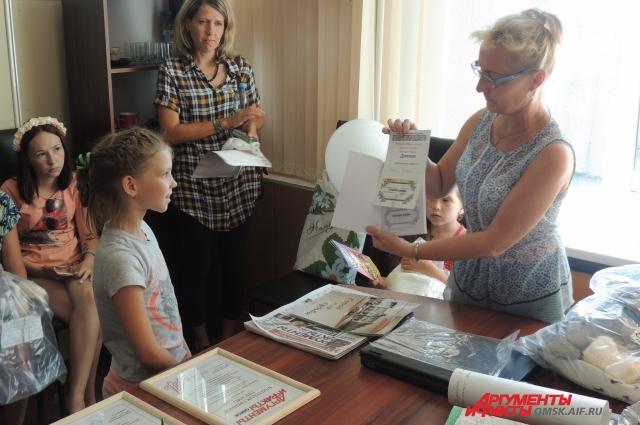 Дети обрадовались подаркам.
