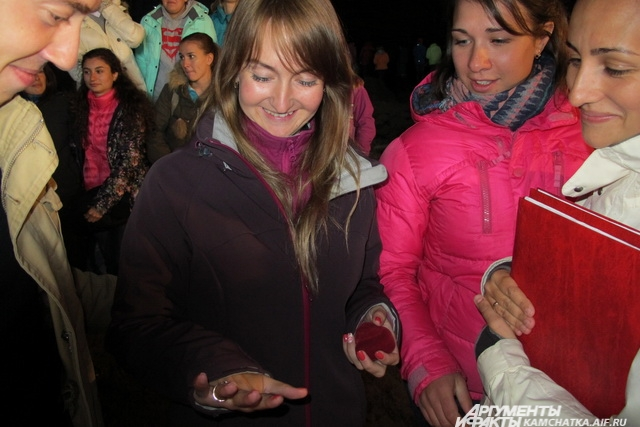 На концертах многие делают предложения руки и сердца, а вот на концерте в пещере?!