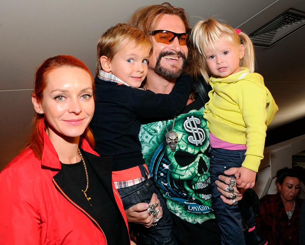 Марина Анисина и Никита Джигурда с детьми.