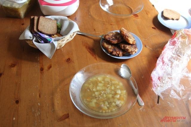 Праздничные котлеты из пельменей и суп из столовой.