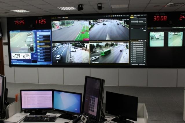 В настоящее время в административном корпусе системы «Безопасный город» создано отдельное рабочее место для дежурного офицера с доступом к более чем 300 видеокамерам.