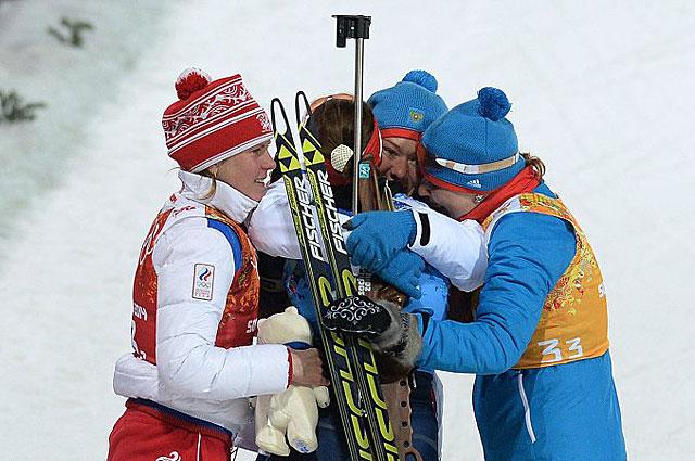 Российские спортсменки на финише эстафетной гонки