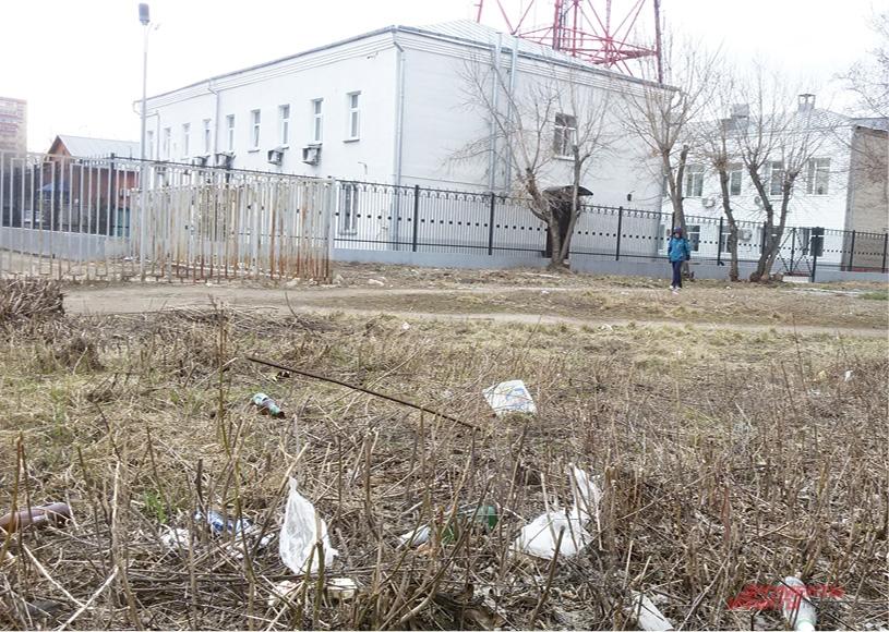 Возле административных зданий и учебных учреждений тоже много мусора.