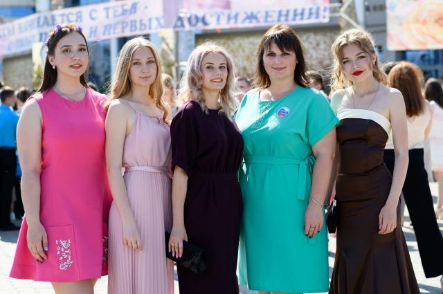 Педагог Н.Абрашикова и ее выпускницы.