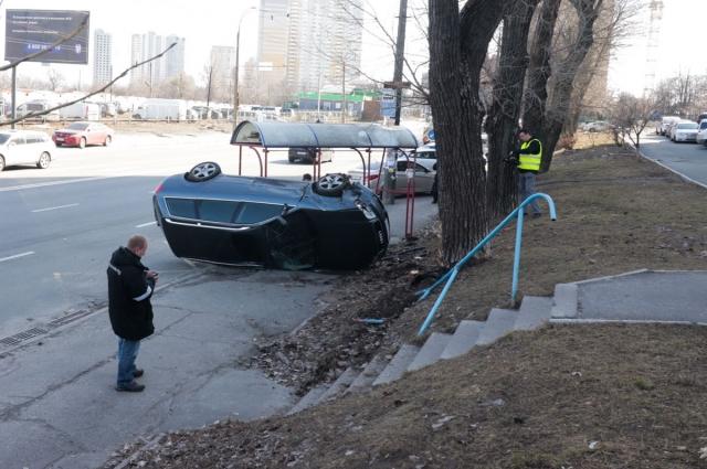 Audi выехал на тротуар после столкновения с автомобилем Chevrolet.