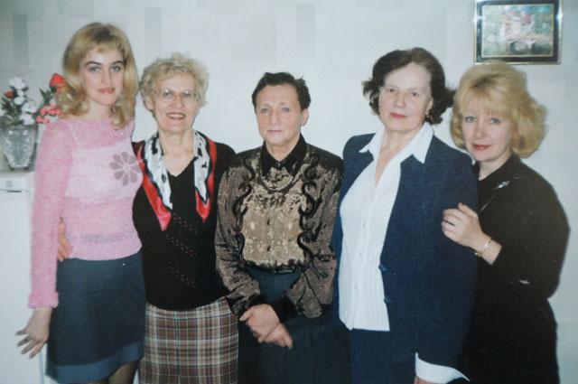 Фаина Александровна (вторая справа) в день выхода на пенсию с любимыми коллегами.