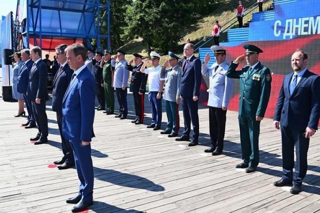 Церемония поднятия флага РФ.