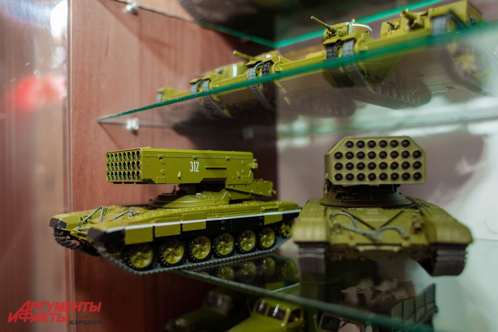 Слева - ТОС-1 «Буратино», справа - его более современная версия ТОС-1А «Солнцепек»