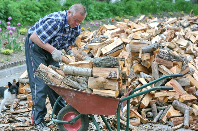 Сельчане до сих пор вынуждены заготавливать дрова.