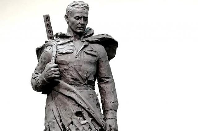 Ещё один замысел - солдат держит оружие за плечами.