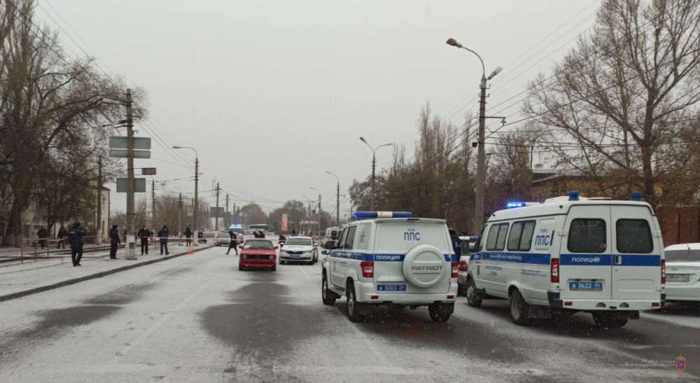 Нападавший и полицейский доставлены в больницу.