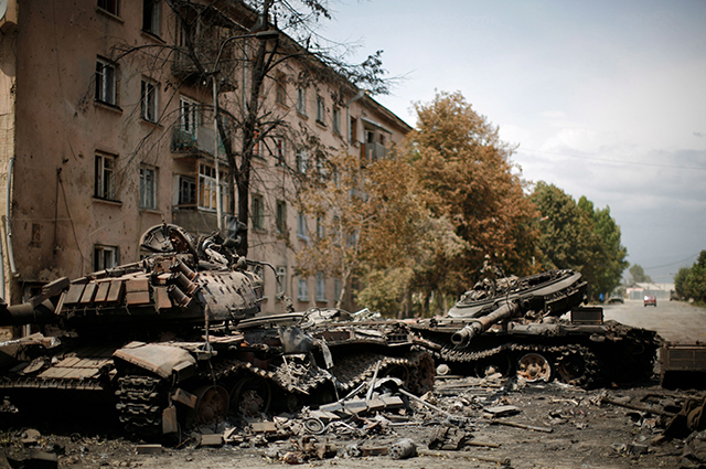 Уничтоженная бронетехника на улицах города
