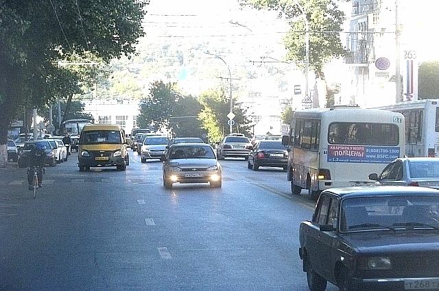«Свист¬ки» гордо именуют себя «линейными диспетчерами» и якобы поставлены на остановки Департаментом транспорта города.