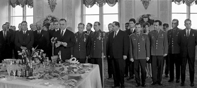23 марта 1965 г., приём в Кремле в честь космонавтов Павла Беляева и Алексея Леонова. Застолью, подготовленному Особой кухней, предшествует приветственная речь. У микрофона - председатель Совета министров СССР Алексей Косыгин