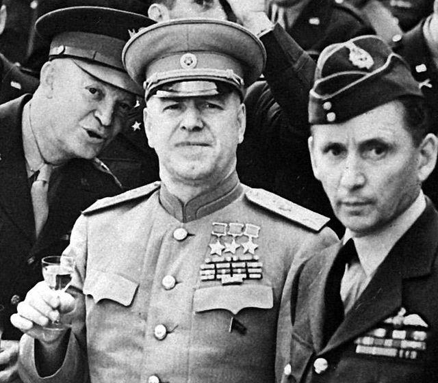 Маршал Георгий Жуков, командующий 1-м Белорусским фронтом во время Висло-Одерской операции (в центре), генерал Дуайт Дэвид Эйзенхауэр (слева) и главный маршал авиации сэр Артур Теддер