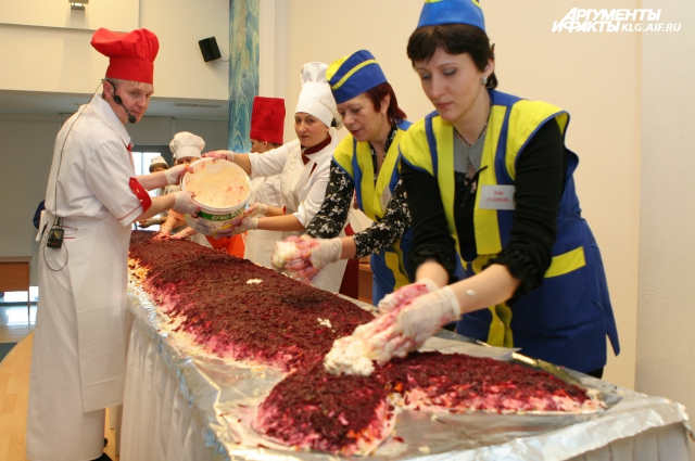 Несколько лет подряд в Калининграде готовили огромную селедку под шубой. Ее вес достигал 300 кг!