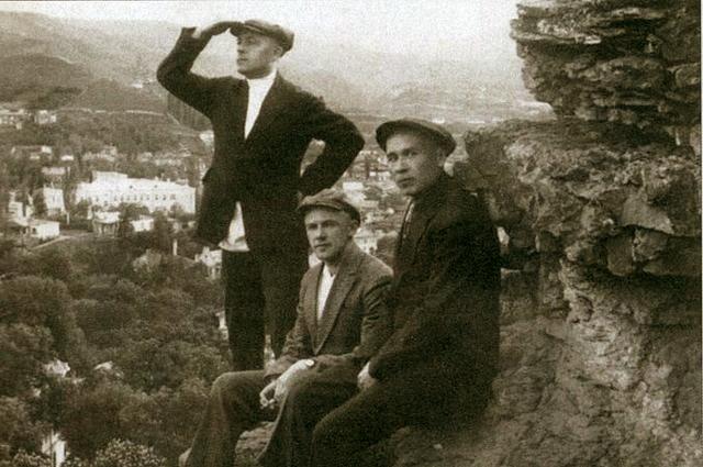 Михаил Кошкин (справа) в Крыму. Начало 1930-х годов