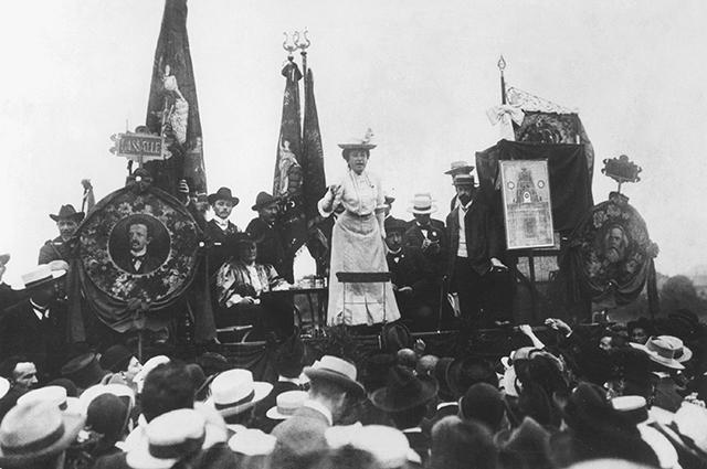 Роза Люксембург выступает на митинге, 1907 год.