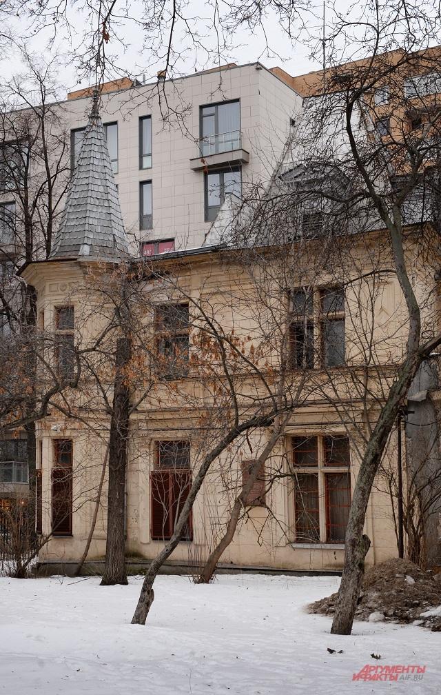 А в этом доме жил врач, спасший  жизнь жене Льва Толстого.