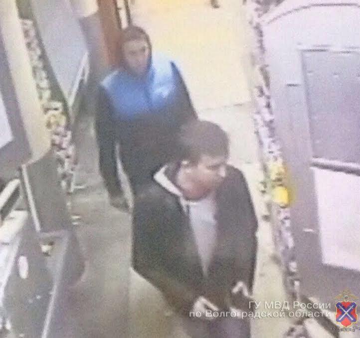 В Волгограде по фото ищут предполагаемых налетчиков на сетевые магазины