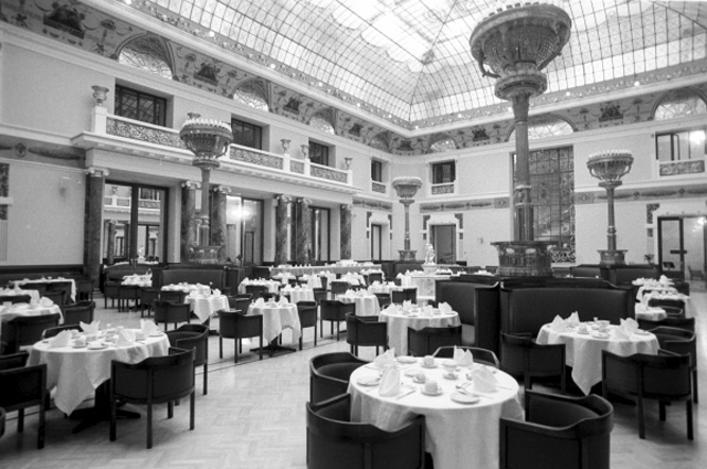 Ресторан в пятизвёздочном отеле Метрополь, расположенном в Москве. 1991 г