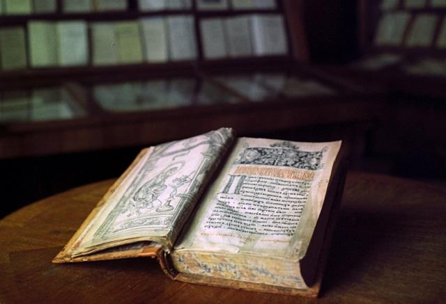 Книга первопечатника Ивана Федорова «Апостол» (1564 года) в Государственной библиотеке имени В.И.Ленина.