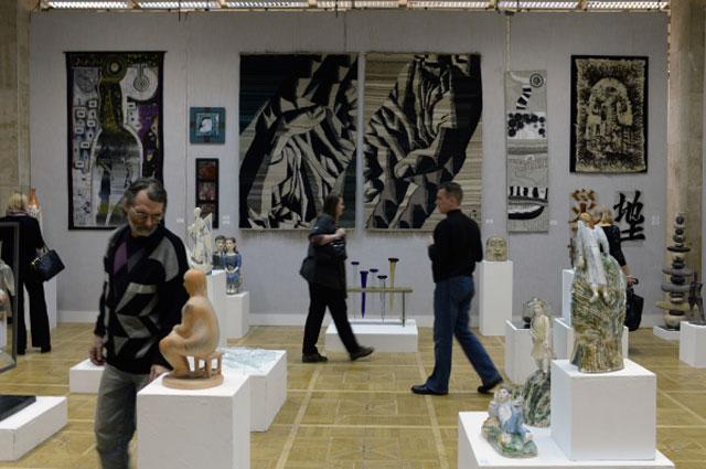 Посетители знакомятся с экспонатами Всероссийской художественной выставки Россия XII в Москве
