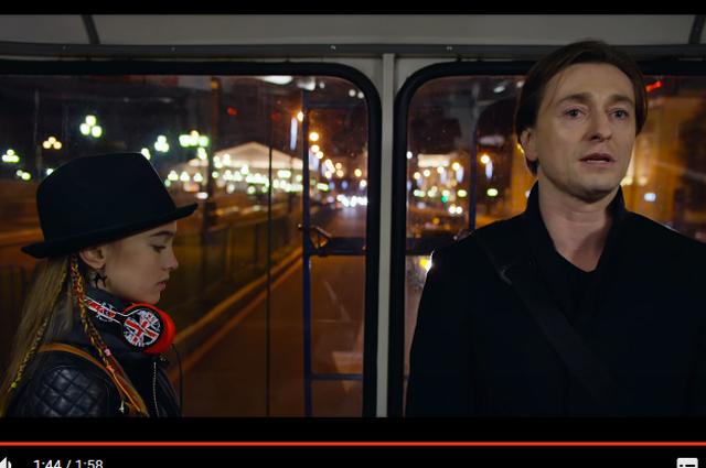 Юная актриса Анастасия Безрукова уже играла дочь Сергея в фильме «Млечный путь». Она однофамилица актера.