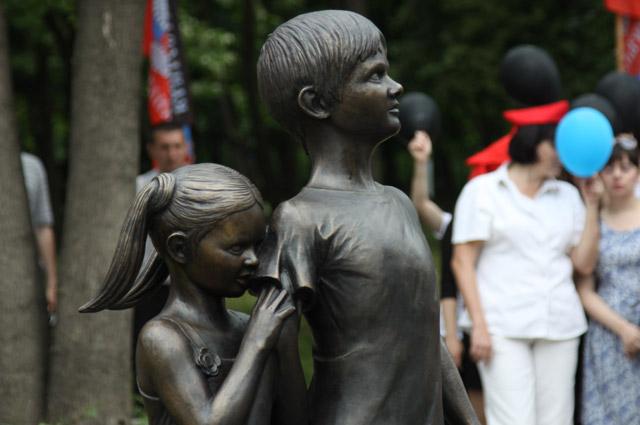 Памятная скульптура «Детям Донбасса, детям войны» впарке Ленинского Комсомола вДонецке.