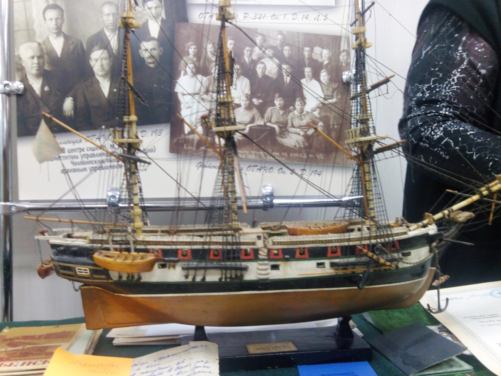 Макет корабля также принесли челябинцы в дар архиву.