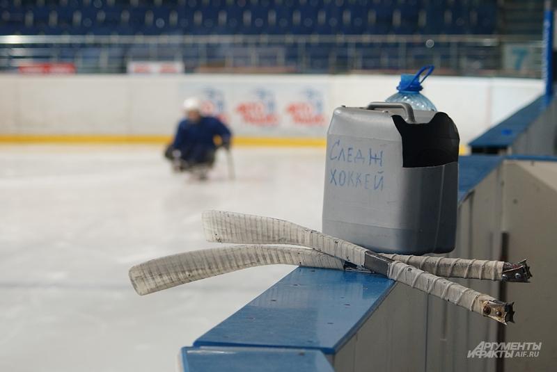 Клюшки для следж-хоккея сильно отличаются от классических