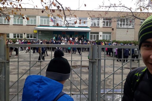 Матвей Евсеев поделился фотографией об эвакуации в школе № 12 Челябинска.
