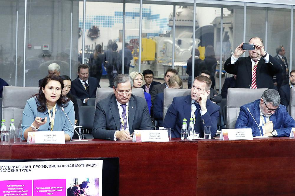 О корпоративном стандарте РМК «Умная медь» в области кадровой политики и социальной ответственности участникам форума рассказала вице-президент компании Анна Шабарова.