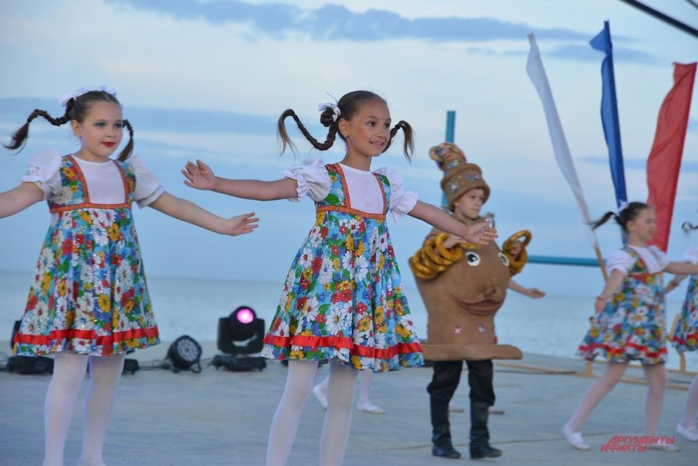 Каждый год гостей фестиваля радуют дети.